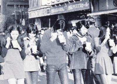 เดินไปกินไปทั้งเท่ทั้งมั่น…แฟชั่นเคยฮิตในญี่ปุ่น